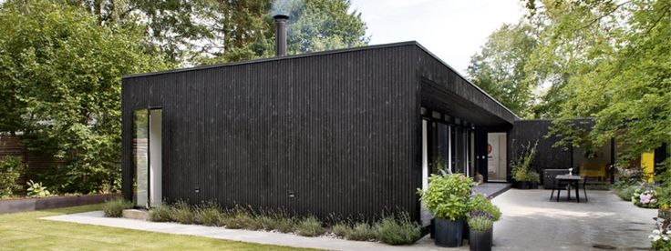 Black-painted wooden modern summer house in Denmark; Photo: Andreas Mikkel Hansen, Bo Bedre