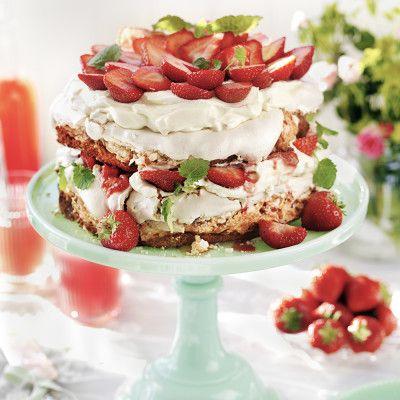 Midsommartårta med jordgubbar och maräng