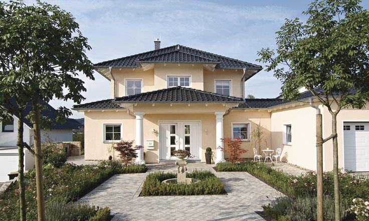 Simple Die mediterrane Architektur stand bei diesem individuellen Entwurf Pate Das Hauseingangsportal wirkt