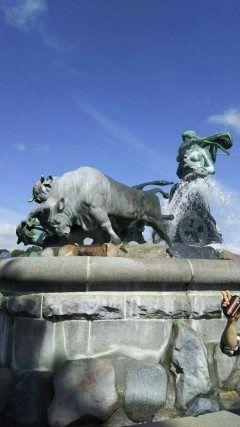 コペンハーゲンの市庁舎広場にあるゲフィオンの噴水ですゲフォオンが巨人男性との間にもうけた息子巨大な4頭の牛に大地を鋤かせて大量の土砂を海に運びシェラン島を作ったという北欧の伝説がモチーフの噴水だそうですよ  #Denmark #Copenhagen #旅行 #観光 #海外 #北欧    tags[海外]