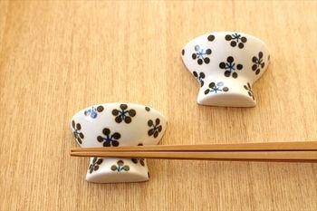 こちらは砥部焼の、お茶碗のかたちをした箸置きです。ひとつひとつ職人さんの手で塗られているので、それぞれに個性があります。ほっこりとしつつスタイリッシュさもあるので、お客様用にもおすすめ。