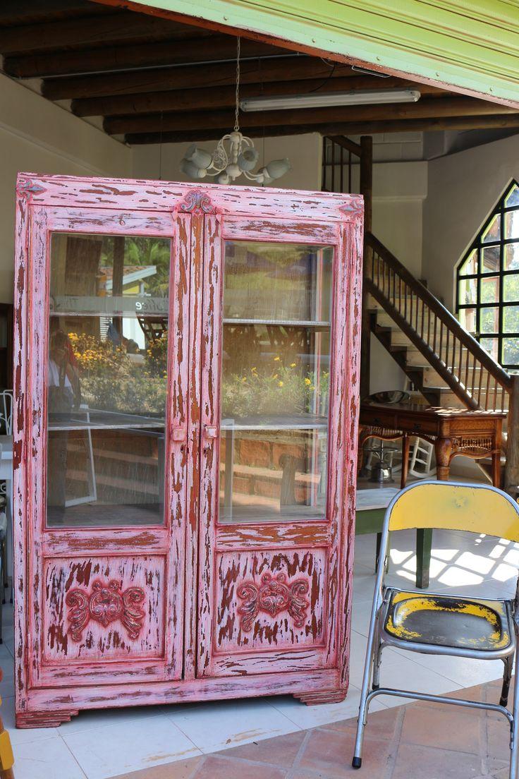 Hermoso escaparate vitrina, restaurado en color salmón en ArtefactoAtelier!
