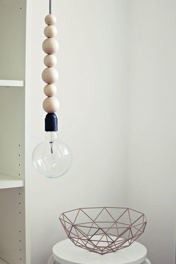 """Ahoj-2012+závěsná+lampa+""""Pendant-Light""""+Extrémně+""""cool+and+easy""""....+Osm+dřevěných+koulí+ve+třech+velikostech+zavěšené+na+""""cik+cak""""+kabelu.+Objímka+je+černá+a+čepička+u+stropu+je+v+bílé+barvě.+Tím+je+Vaše+lampa+kompletní+a+není+třeba+žádné+další+stínidlo.+..................jistě+rozzáří+Váš+domov+Žárovka+není+součástí+lampy.+..."""