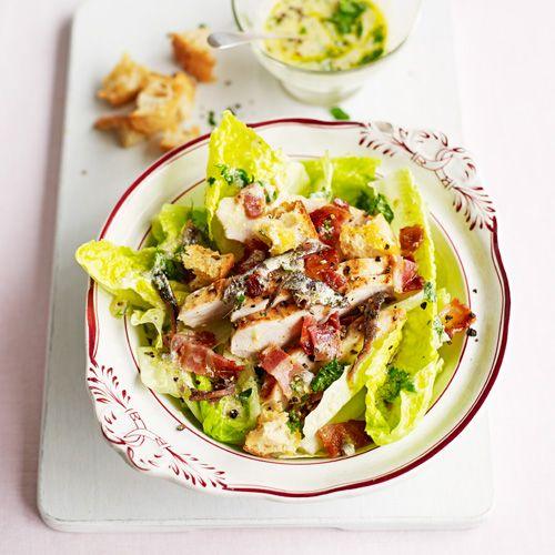 Deze caesarsalade maak je met een homemade dressing - en dat proef je! Liefhebbers van ei voegen een gekookt exemplaar toe aan deze salade. Maar ook zonder is 'ie goddelijk. 1. Verwarm de oven voor op 200 ºC. 2. Verhit 1 el van de...