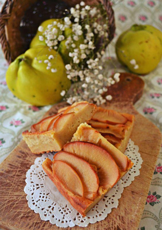 La tortina di mele cotogne è un dolce autunnale con un cuore di frutta frullata, ricoperto di fettine di mele. Perfetto da gustare con una tazza di tè