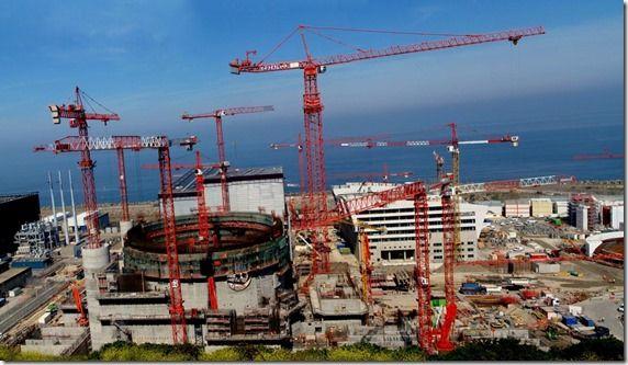 Travaux EPR Flamanville. On doit au Général de Gaulle la création du CEA en 1945. La 1ere  pile atomique a été lancée au CEA à Fontenay-aux-Roses en 1948,. C'est le retour de De Gaulle en 1958 relance les efforts industriels dans le nucléaire avec comme visée la possession de l'arme nucléaire, démontrée la première fois en 1960. Les centrales nucléaires civiles sont ensuite déployées en France entre 1966 et 1997. La France a pu atteindre un record mondial dans la production d'électricité…