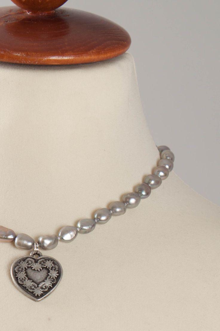 Tolle Perlenkette von Lumisha mit Herzanhänger.