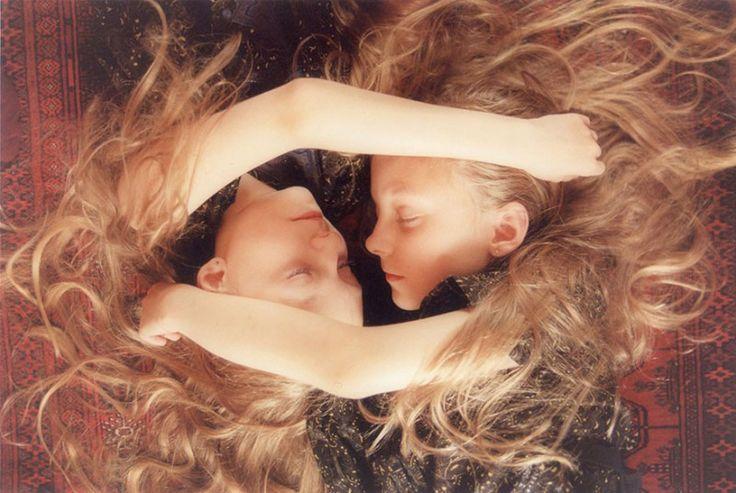 Исландские девочки-близнецы, которые видят одинаковые сны • НОВОСТИ В ФОТОГРАФИЯХ