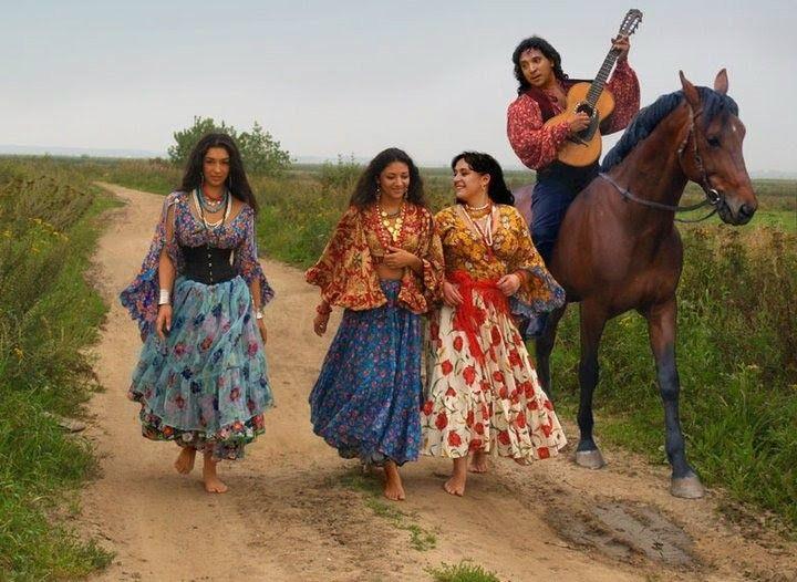 As festas ciganas são sempre coloridas e cheias de vida, com muita música e alegria de viver!