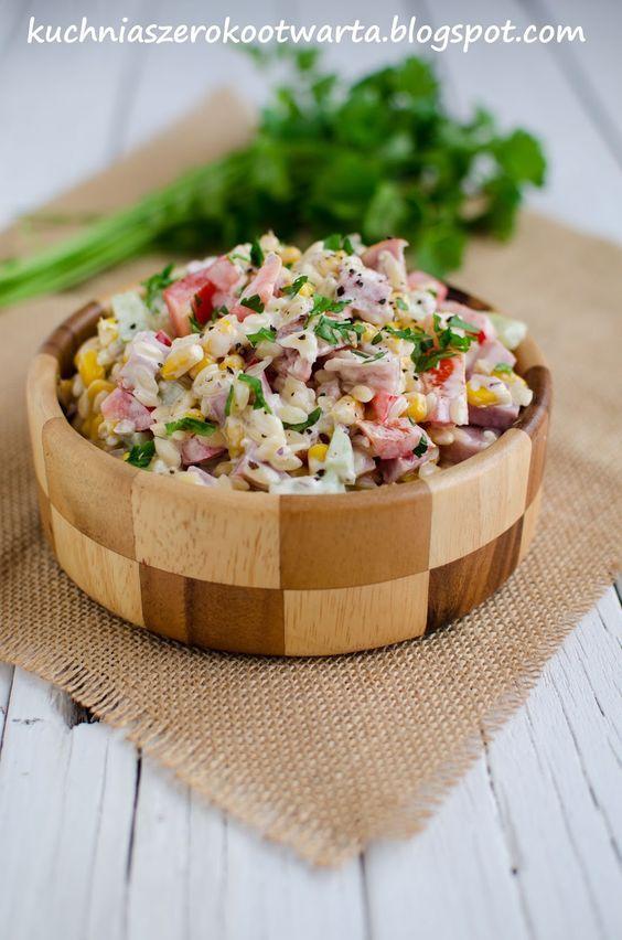 Prosta i szybka w przygotowaniu sałatka na bazie makaronu. Z dodatkiem chrupiących warzyw i szynki. Idealna na śniadanie, przekąskę w ciągu ...
