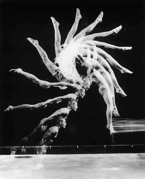 Harold Eugene Edgerton fue un fotógrafo e ingeniero eléctrico estadounidense.  Hacia 1931, desarrolló el moderno estraboscopio electrónico de alta velocidad, que aplicó en una amplia gama de campos, como en la fotografía a cámara lenta.  Así, realizó fotografías en intervalos de exposición de millonésimas de segundo, capturando altas velocidades en imágenes casi invisibles para el ojo humano.