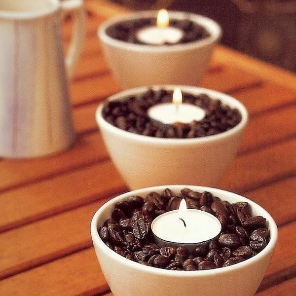 Dica super fácil de decoração para sua casa! Basta colocar café em grãos em um potinho de sua preferência e uma velinha no meio. Fica super lindo para decorar um cantinho da sua casa ou quem sabe a mesa de um jantar a luz de velas?