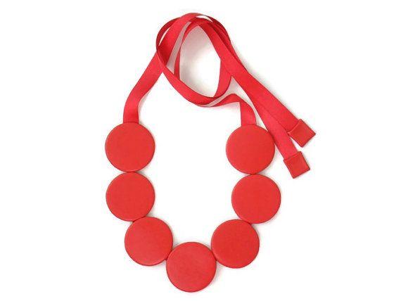 Devota ketting.  Deze verklaring slabbetje ketting functies 7 grote lederen schijven schroefdraad samen met drievoudige lederen koord en gekoppeld aan een overeenkomende rood lint. De schijven zijn rug aan rug voor een mooie schone afwerking en kunnen worden gedragen aan beide zijden.  Benaderende afmetingen:  Lederen schijf diameter: 5 cm Lengte van nek van de hals tot het langste punt: 32 cm (instelbaar met lint) Breedte op het breedste punt: 17 cm  Andere kleuren beschikbaar op aanvraag…