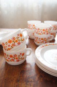 Grandes tasses et assiettes arcopal fleur vintage