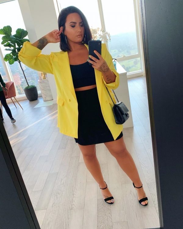 Basic Black dress or 2 piece outfit paired with yellow blazer Classy Outfits, Casual Outfits, Fashion Outfits, Selena Gomez, Demi Lovato Albums, Demi Lovato Style, Demi Lovato Pictures, I Love Girls, Celebrity Look