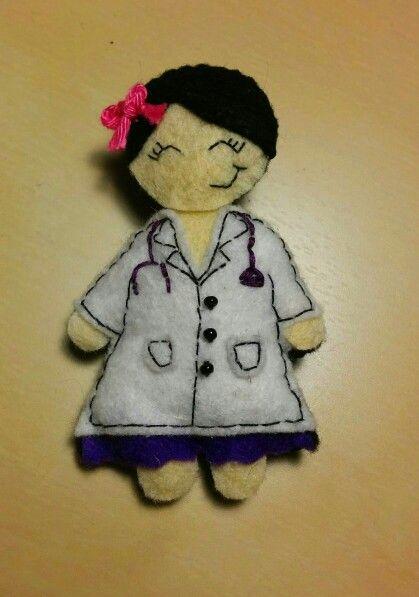 Broche de médica hecho a mano con fieltro :)
