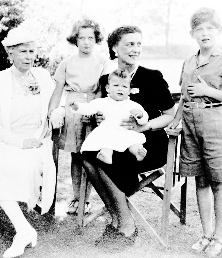 Queen Mary (1867-1953) with the Duchess of Kent (1906-68) and her children, Edward, Duke of Kent (*1935), Princess Alexandra (*1936) and Prince Michael of Kent (*1942). Royal Collection Trust/© Her Majesty Queen Elizabeth II 2017.