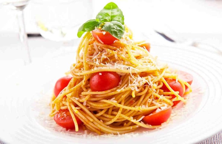 Spaghetti z pomidorkami koktajlowymi i bazylią #smacznastrona #przepisytesco #pasta #spaghetti #bazylia #pomidorkikoktajlowe #italy #mniam