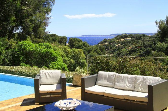 Villa contemporaine dans la verdure méditerranéenne du Cap Bénat splendide vue mer