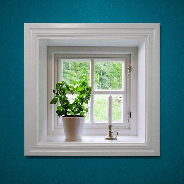 Vem vill inte ha ett såhär gulligt fönster? Det är ett utåtgående Sverige104 fönster med fönsterhakar och äkta wienerspröjs i trä från Ekstrands. #Ekstrands #fönster #Sverige104 #inspiration #inredning #spröjs #interiör #fönsterhakar #klassiskt