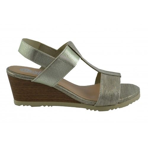 Sandalias de cuña con suelas de goma flex y corte de tira talonera elástica que se adapta perfectamente al calce.