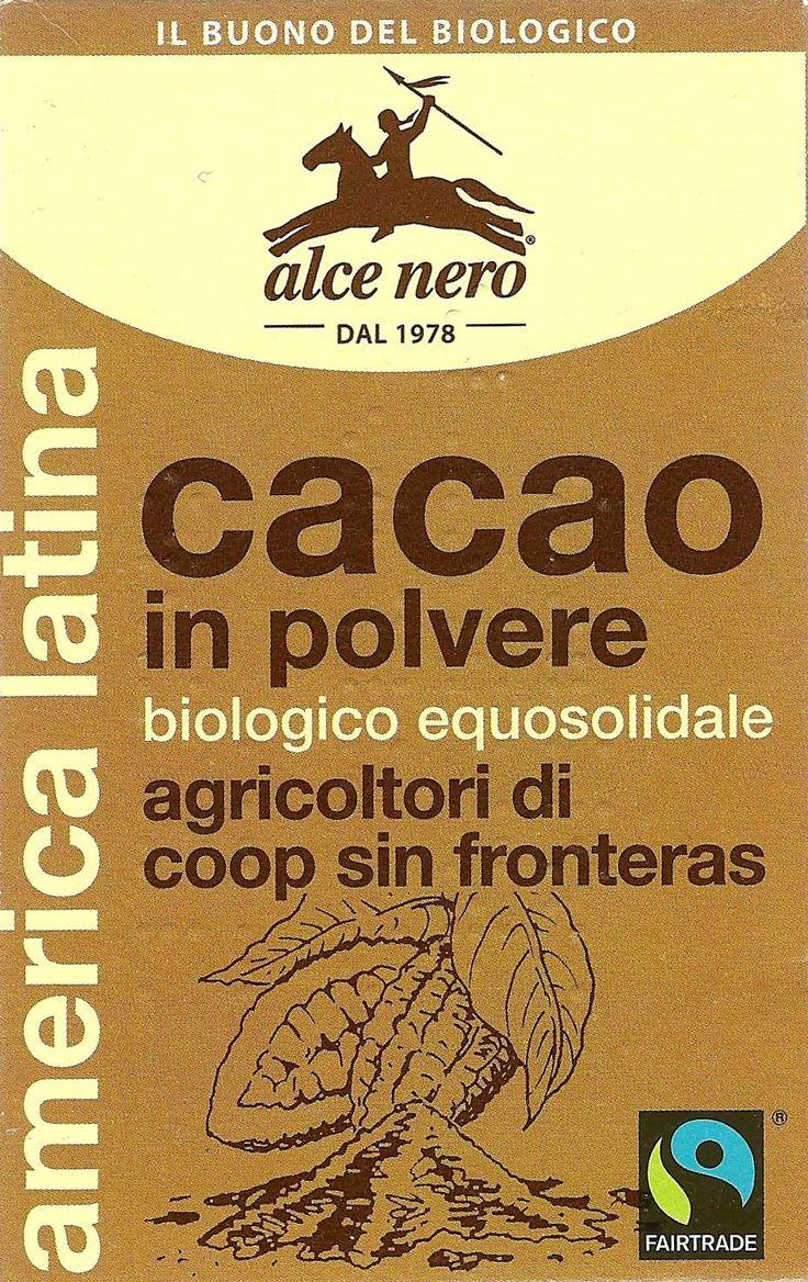 """Упоковка какао-порошка. Справа внизу знак """"Честная торговля"""" (Fair Trade). Знак обозначает, что при производстве были созданы лучшие условия работы и охранялись права производителей и фермеров в развивающихся странах. Главные продукты «Честной торговли» – кофе, бананы, чай, какао и сахар. Новые продукты – хлопок, специи, фрукты и овощи, вино, орехи, масла и др."""