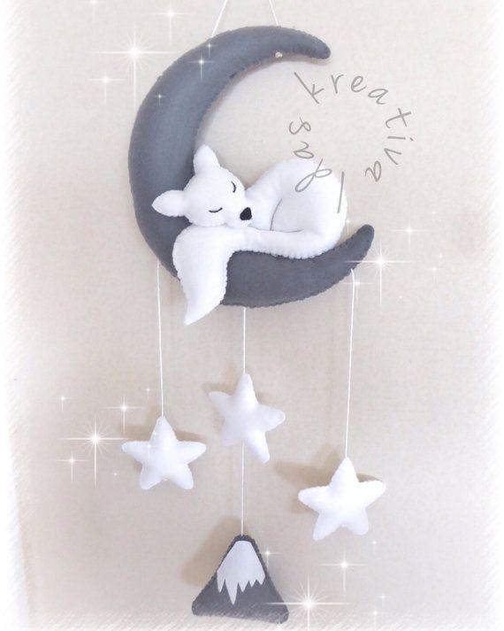 Välkommen till Idas kreativa! Allt i shoppen designas och sys av mig, hoppas du hittar något du gillar  Den här månen med vit varg kan du både ha som väggdekoration eller som spjälsängs mobil. Eller varför inte först ha den som mobil och sen när bebis blir för stor blir den en vacker väggdekoration. En unik gåva till din baby  Handsydd i filt och stoppad med polyester fyllning. Du väljer själv färger vid beställning. Höjd: 43cm Bredd: 17cm Tveka inte att skicka ett meddelande om du fun...