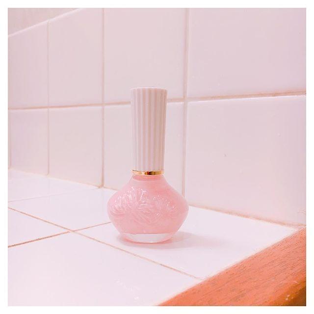 . 春だからネイルもピンクに🌸 #paulandjoe の#28 #💅🏻 #ピンクバブルバス って名前も可愛すぎるけど色も名前の通りピンクバブルバス🛁(語彙力)(訳:ベビーピンク) . PAUL&JOEのネイルポリッシュは甘い香りがするのがすごい好き!  二度塗りすると白っぽくなるから一度塗りでトップコート塗ってツヤ出すのが良き🙆 . . #美容グラマー風 #nailpolish  #pinkbubblebath #セルフネイル