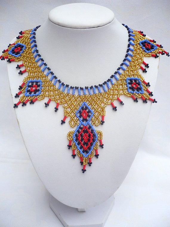 Collar de abalorios de hermoso estilo egipcio. Sentirte a Cleopatra en esta joyería especial. Material: granos de semilla Checo de gran calidad. Longitud del collar con cierre total: 42 cm (16,54 en), ancho en el punto más ancho delantero: 9 cm (3,54 pulg) Si usted tiene cualquier
