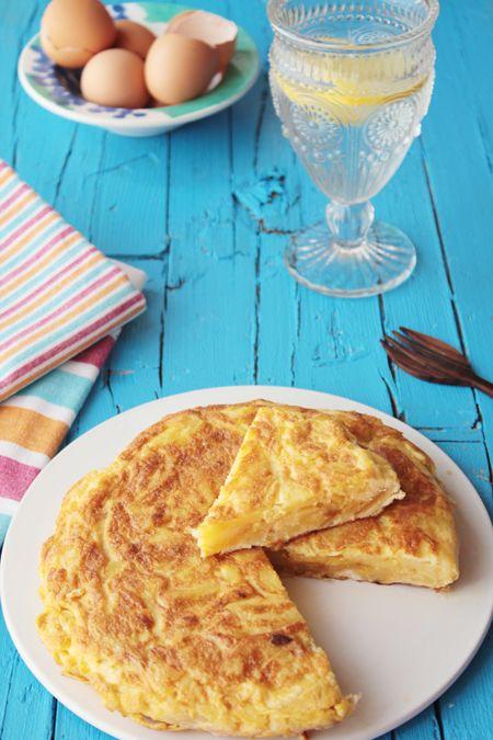 La tortilla de patatas o tortilla española, uno de los platos por excelencia de la gastronomía española con solo tres ingredientes: huevos, patatas y aceite