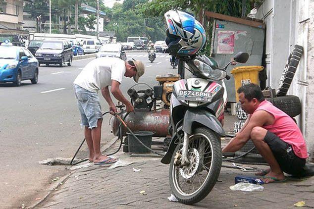 Ide Bisnis : Tambal Ban    Jika anda memiliki modal kecil namun ingin memulai usaha, membuka usaha tambal ban adalah salah satu alternatif mencari penghasilan tambahan. Dengan penjualan kendaraan otomotif yang selalu memasarkan produknya secara gencar dan penguna kendaraan yang cukup padat, dengan terbuktinya kemacetan...   #BengkelMotor, #CuciMobil, #CuciMotor, #PenjualanSukuCadang, #ServisMotor, #TambalBan   #IdeBisnis   http://adf.ly/1Pl3IG