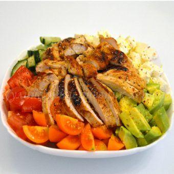 Легкий салат с курицей и авокадо