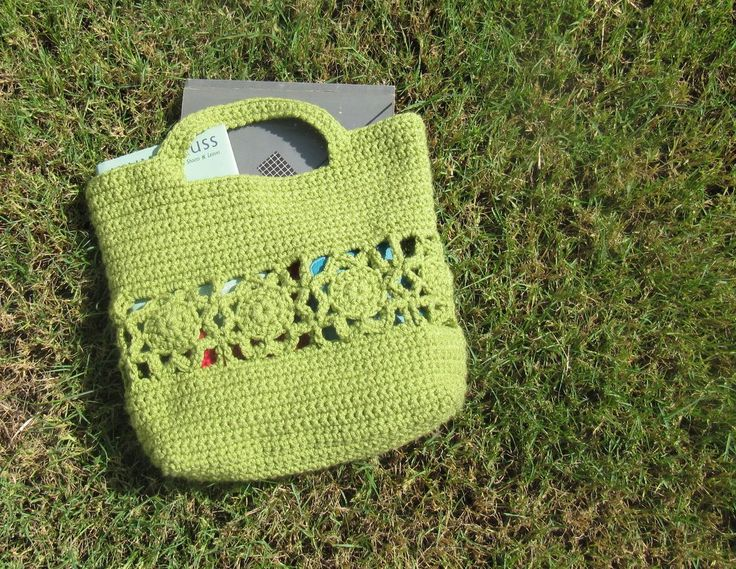 Flower Burst Crochet Handbag {Free Pattern} This was one of my favorite bags to design. A little motif works really does go far. ☀CQ Thanks for sharing! ¯_(ツ)_/¯   I love that it doesn't 'need' to be lined, the small items in the bag usually drop to the bottom anyway and the big items will not fall out of the holes.