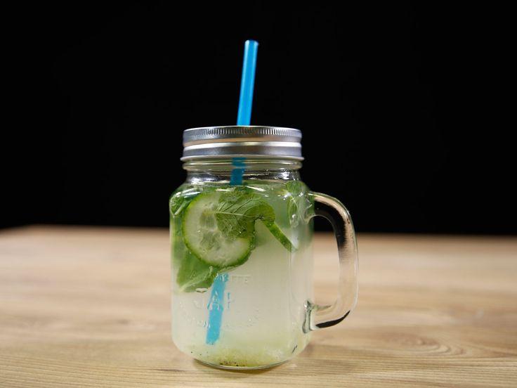 Mais qu'est-ce que l'eau détox ? Et bien, c'est simple, on prépare une infusion à froid de fruits, légumes et épices dans de l'eau et on obtient une boisson...