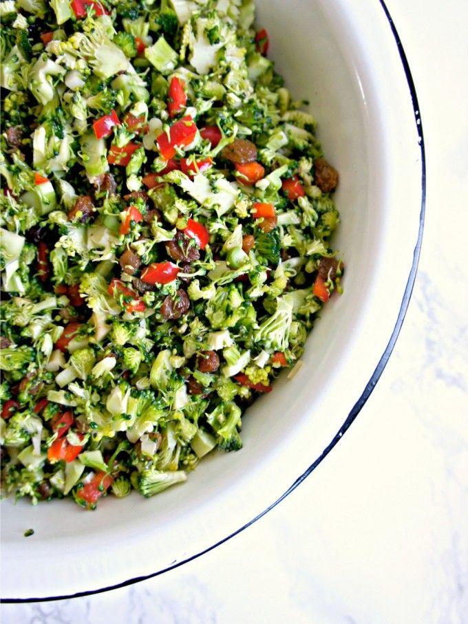 Uhm, jeg er vild med denne skønne broccolisalat :-) Jeg har helt glemt at dele opskriften - jeg serverede nemlig salaten til min fødselsdagsmiddag i august.  Tilmin fødselsdag serverede jeg også en gul persille-hummus, denne skønne broccolisalat, salat med sorte ris, spinat og appelsin og s....