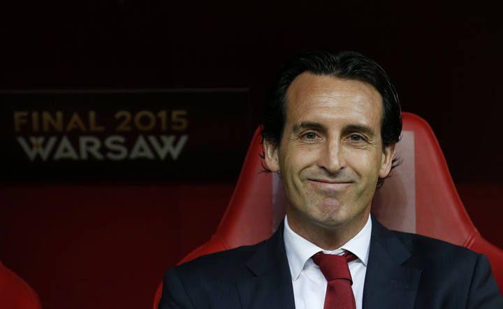 El entrenador del Sevilla, Unai Emery, sonríe antes de comenzar el partido