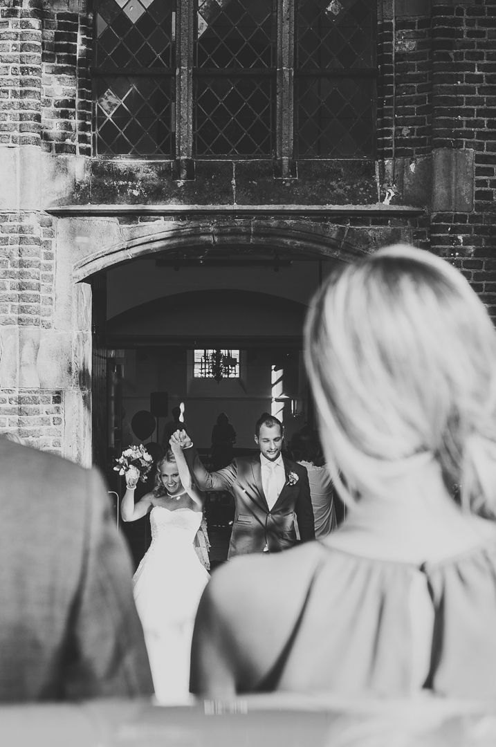 Happy couple, exit church on their wedding / Bruidspaar verlaat de kerk op hun bruiloft Ik ben graag jullie trouwfotograaf! Made by me / Gemaakt door mij. real wedding photography spontane trouwfoto's trouwfotografie bruidsfotografie geluk happiness zwartwit black and white