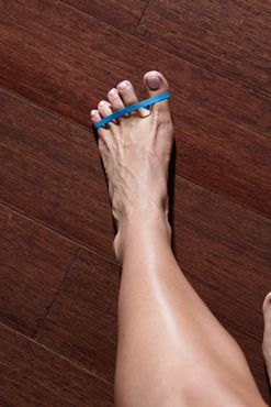 5 moves to prevent plantar fasciitis-Toe Spread and Squeeze