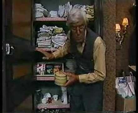 Svagt minne av denna, minns att han öppnade olika burkar och varje burk innehöll en film :) Bra var den iaf!