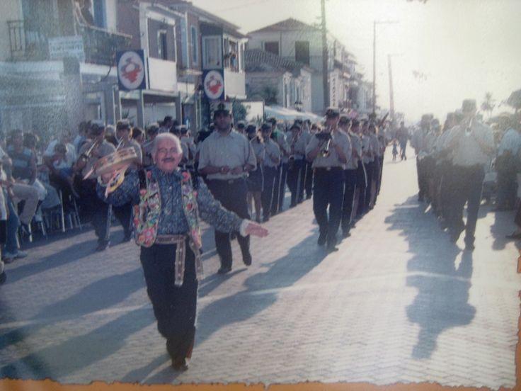 2003. Ο Χρήστος Ζακχαίος εμψυχώνει τους Λευκαδίτες μια μέρα μετά τον σεισμό της 14/08/03.