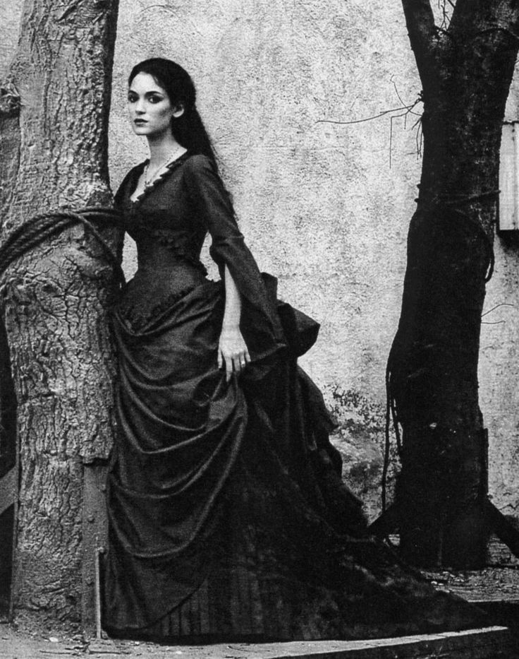 Winona Ryder As Mina In Bram Stokers Dracula This Photo Is Meant To Look Victorian So Its Black And White You Dont Know That The Dress Blood