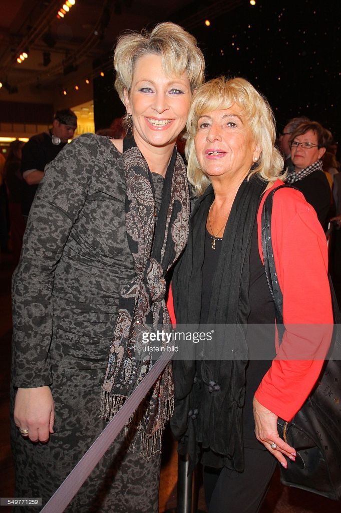 Claudia Jung (Ute Singer) und Evy Zander (rechts) bei der von Frank Zander initiierten Weihnachtsfeier für Obdachlose und Bedürftige im Convention Center des Hotel Estrel in Berlin