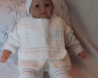 Handgemachte Newborn Baby häkeln Strickjacke, Hose, Booties, Lätzchen und Hut gesetzt. Perfekte Dusche Geschenk oder Take-Home-Outfit