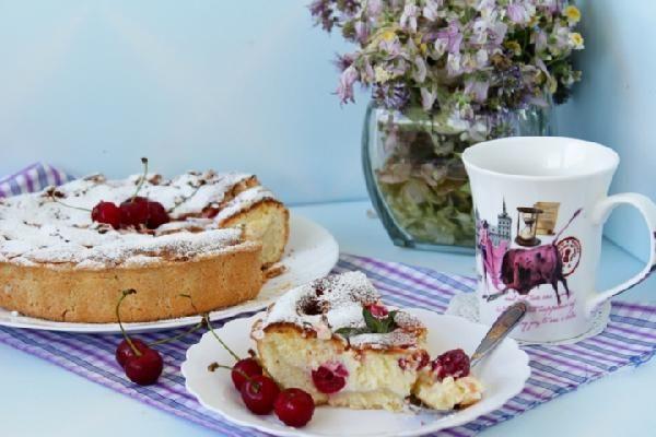 Подробный рецепт домашнего творожного пирога с вишней.