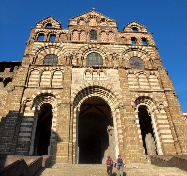 La cathédrale Notre-Dame au Puy-en-Velay, ville départ du chemin de Saint-Jacques de Compostelle