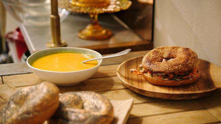 Een hartverwarmende wortelsoep met gember en citroengras en een bagel met een oosters wortelslaatje. Twee recepten met geweldig veel smaak!