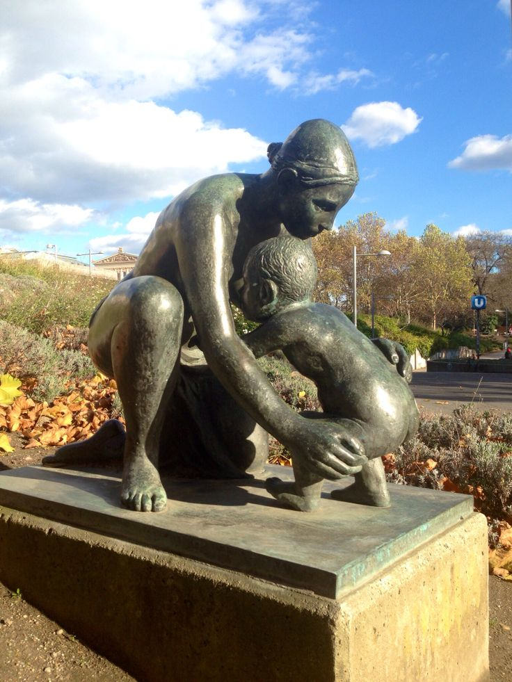 #Vienna #center #park #statue #mother #child #hug