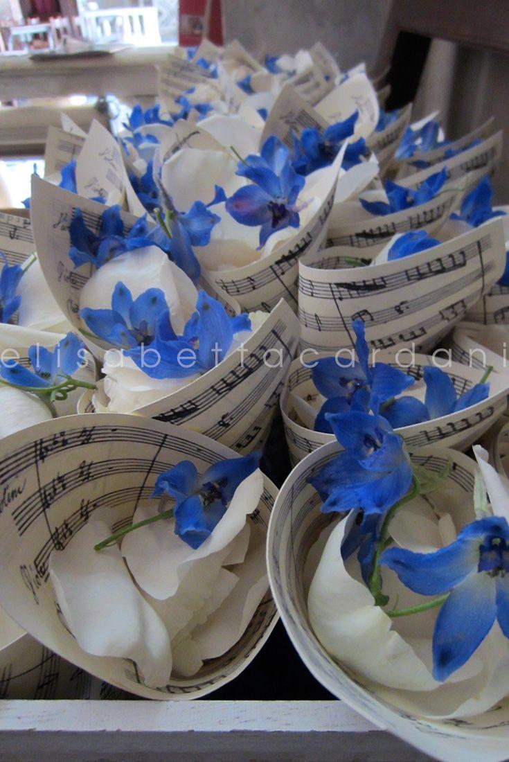 Un indimenticabile concerto di fiori! #elisabettacardani #italianstyle #cartamusicale #petali #buonaugurio