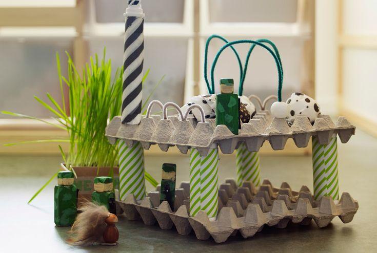Grande plano de um prédio feito com caixas de ovos e cartão, decorado com papel de embrulho IKEA.