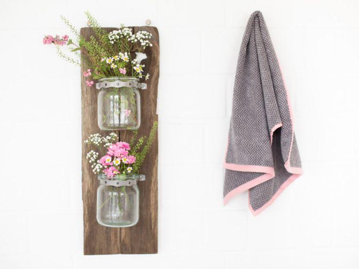 DIY-Anleitung: Hängeregal für Kosmetika aus alten Brettern bauen via DaWanda.com